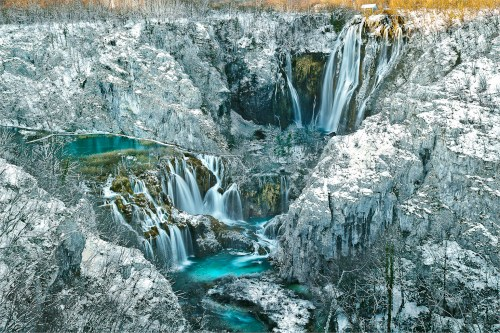 Nur 150 m Luftlinie von hier  ist die Sickergrub  in Rastovaca wo die  Kanalisatiton des ganzen Nationalparks  ENDET. Die  Grube GOVNARA   ist ansonst bodenlos... WER beendet diesen unhaltbaren Zustamnd und entschärft die  Öko-Zeitbombe !??