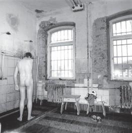 Als ich das erste Mal in den Duschraum geführt wurde gruselte es mich für einen Augenblick. Wird beim Hahn aufdrehen Wasser oder Gas kommen !? Vom Aussehen her, wäre denkbar. Zuchthaus Waldheim war in der DDR als Endstation bekannt und damit war nicht die Spezielle Strafvollzugsabteilung gemeint.