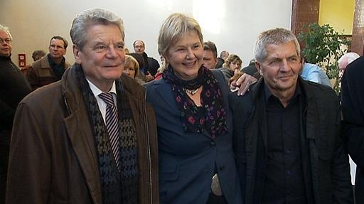 Sie  lachen fröhlich ein ganzes Volk, eine ganze Nation 25 Jahre lang verdummt, belogen und vergauckelt zu haben ... für 2,5 Milliarden Euro !??