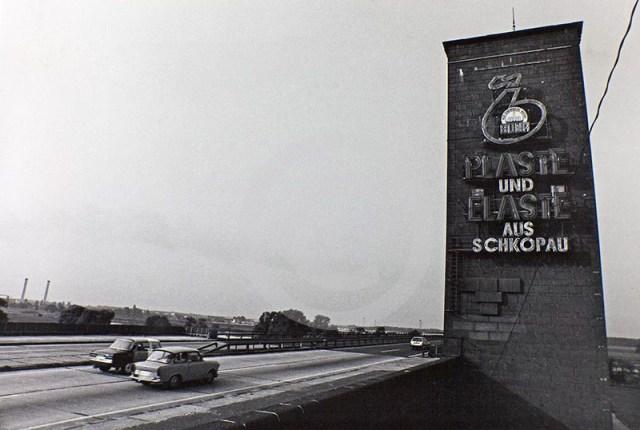 """Autobahnbrücke bei Vockerode mit DDR-Werbung """"Plaste und Elaste aus Schkopau"""""""