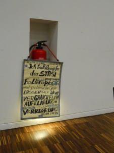 Beim Vortrag 25 Jahre der juristischen Aufarbeitung - gescheitert - hing mein Plakat dem Hauptreferenten Paopier vor der Nase.