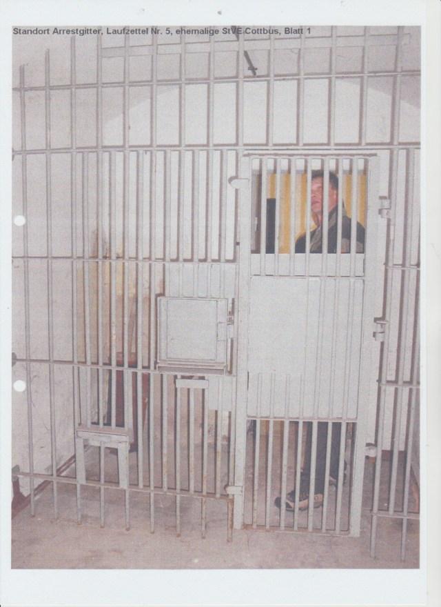 Bis zum 14.10.2016 hielt Dr. Hubertus Knabe den TIGERKÄFIG der Vergessenheit übergeben in dem Keller seiner Gedemkstette um das was DARIN sich abgespielt hatte ungeschehen zu machen, die Täter zu amnestieren, von der Schuld der Menschenrechtsverletzungen freiizusprechen. Wo kein TIGERKÄFIG da auch geine FOLTER, keine Mißhandlung, keiner Gewaltanwendung KEINE ZERSETZUNG!??