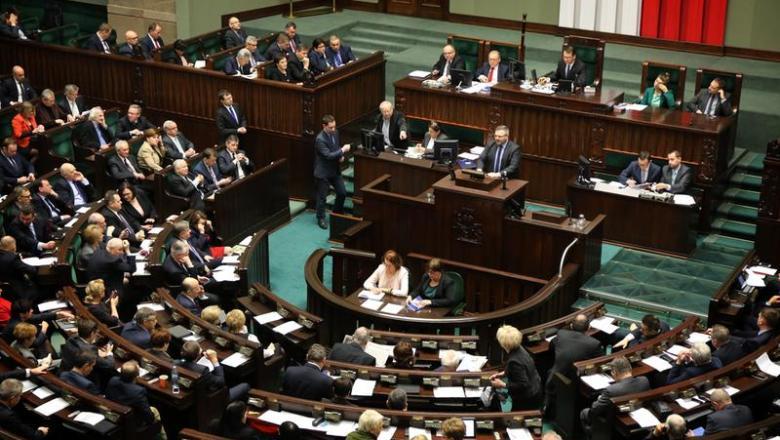 Das polnische EE-Gesetz ist durch Sejm verabschiedet worden. Feste Einspeisevergütung für Kleinerzeuger.