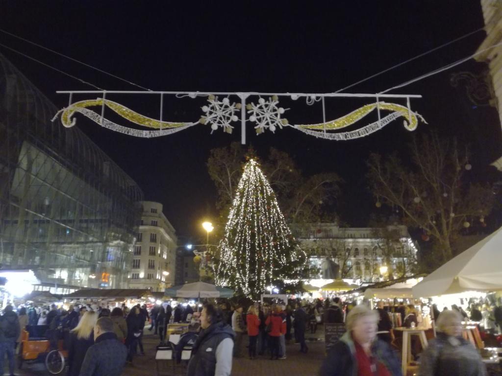 vianocne trhy namestie vorosmarty budapest madarsko