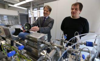 Tartu Ülikooli füüsika instituudi materjaliteaduse osakonna juhataja Väino Sammelselg (vasakul) näitab tükki gaasiballoonist, mille sisepind on kaetud nanomaterjaliga. Tema kõrval seisab kiletehnoloogia insener Lauri Aarik