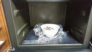 生チョコをレンジ加熱 ふんわりラップ