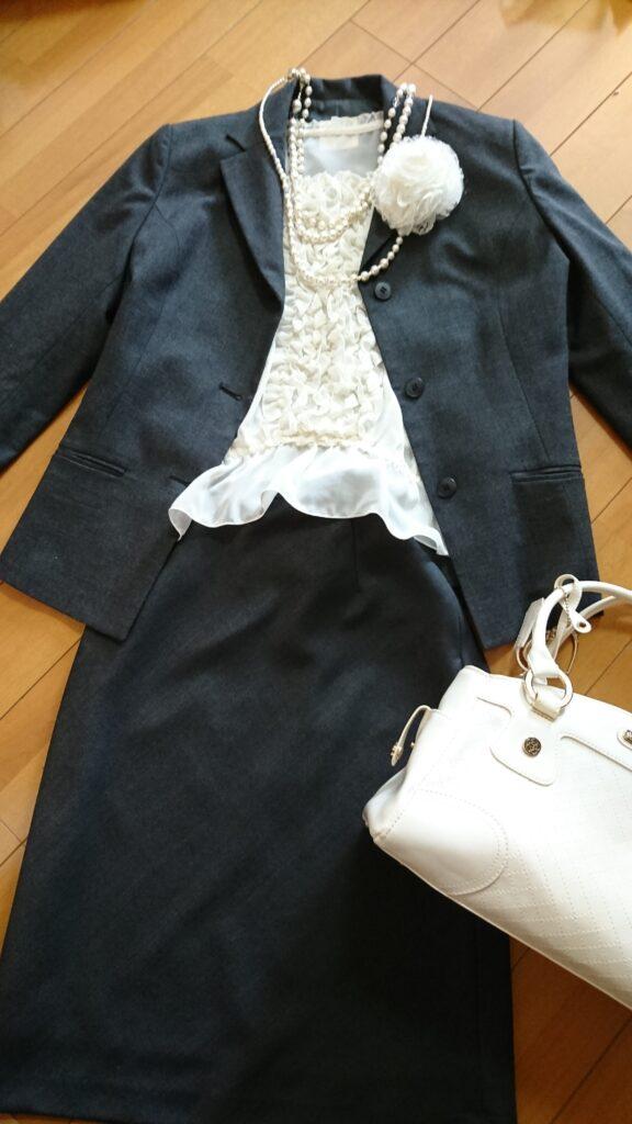 入学式・入園式のリクルートスーツのコーディネート例 その1フリルブラウス