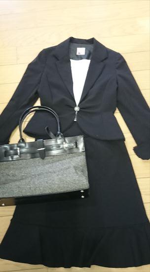 黒スーツに合うバッグの色 グレー