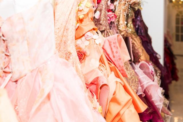 正装で女性のスーツ以外の種類は何がある?ワンピースやドレスは?