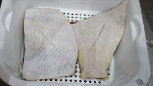 カレイの煮付け 皮に切り目を入れる