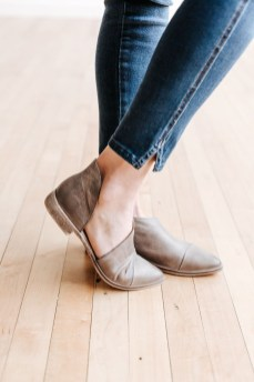 Classy Business Women Outfits Ideas With Flat Shoes33