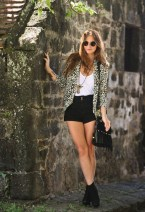 Charming Winter Outfits Ideas High Waisted Shorts02
