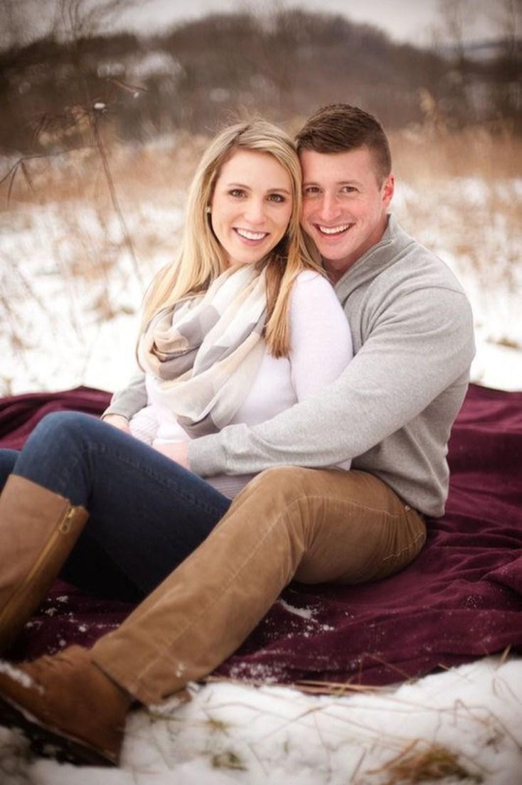 Best Winter Engagement Photo Ideas04