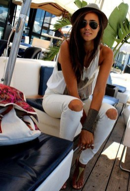 Hottest Women Summer Outfits Ideas With Ripped Jeans To Try16