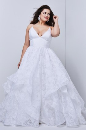 Impressive Wedding Dresses Ideas That Are Perfect For Curvy Brides15