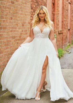 Impressive Wedding Dresses Ideas That Are Perfect For Curvy Brides35