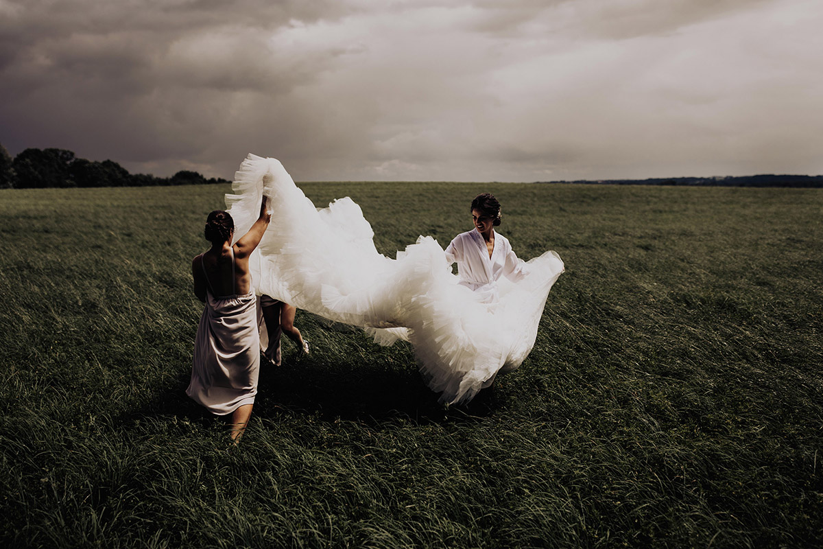 columbus-elopement-photographer-bride-getting-dressed-outside