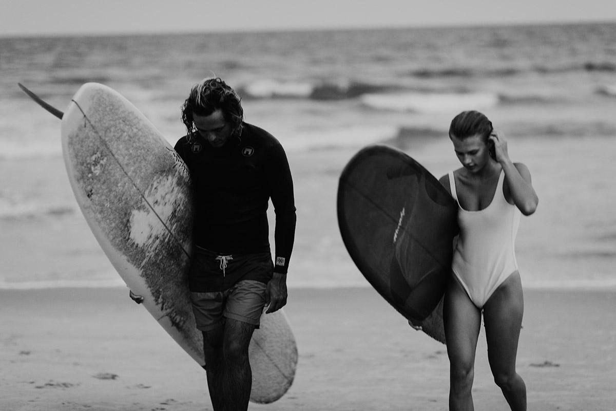 maui-elopement-photographer-surfer-couple-walking-up-beach