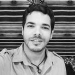 Una foto de una persona sonriendo en blanco y negro