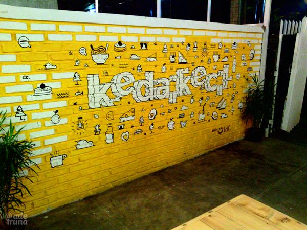 Grafiti-yang-fun-and-Girly-Menghiasi-salah-satu-dinding-di-Kedai-Kecil