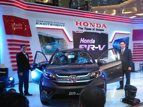 IwanTjandradinata dan Junianto Naibaho setelah membuka selubung Honda BR-V dihadapan media.