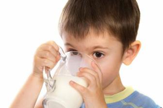 ilustrasi Ini Cara Benar Agar Anak Mau Minum Susu
