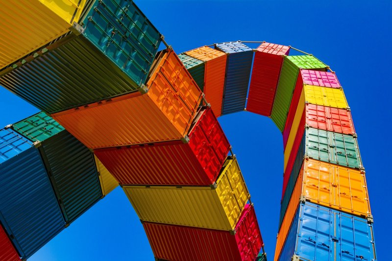 Imagen decorativa de unos contenedores de transporte marítimo, para evocar el concepto de Derecho Mercantil