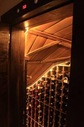 Aproveitamento de espaço embaixo de escada com piso em rolhas. 400 garrafas - Climatizada - Itaipava
