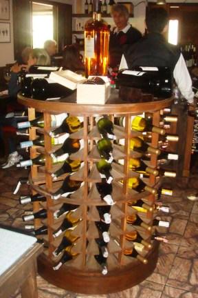 Expositor de garrafas circular. Restaurante Chateaux de las Montaignes. Itaipava, RJ. 2010.