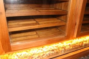 Armário-adega em madeira freijó. Particular. Barra da Tijuca. Altura: 2, 53m; Largura: 3,60m; Profundidade: 60 cm. Lado Adega: Depósito de rolhas decorativo.