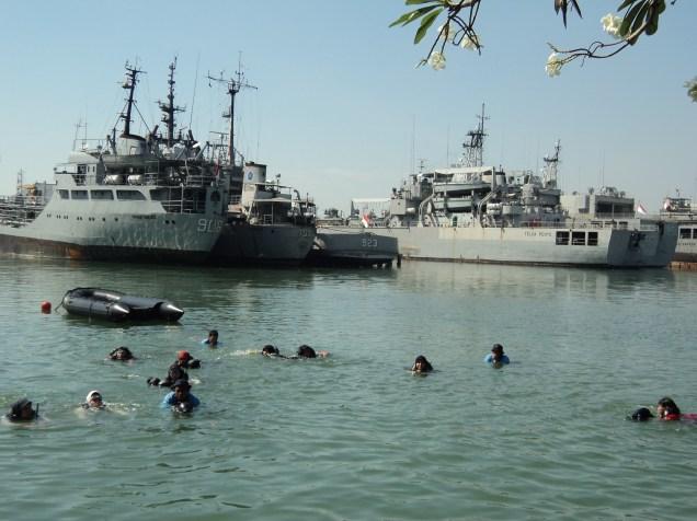Simulasi penyelamatan diri di laut, Surabaya