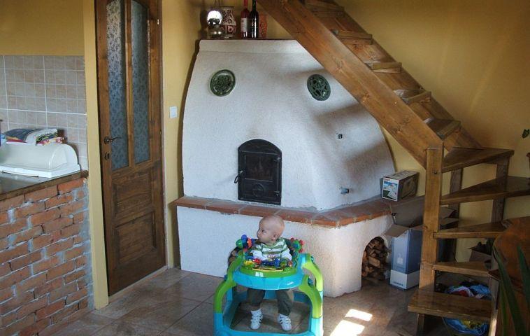 Soba din casa lui Lorand Kolumban, care mu este inca decorata cu elemente de ceramica, dar bebelusul mic se simte bine :)