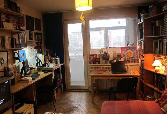 Doua locuri de birou in aceeasi camera.