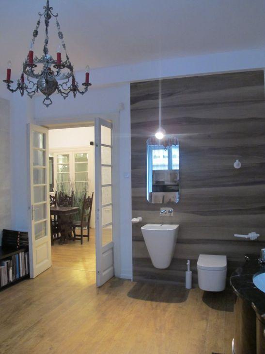 Propunere de baie moderna cu placi care imita lemnul lungi de 180 cm in showroomul Dream Home Design