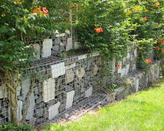 Gard artistic din gabioane amenajat in gradina Foto www.susancohangardens