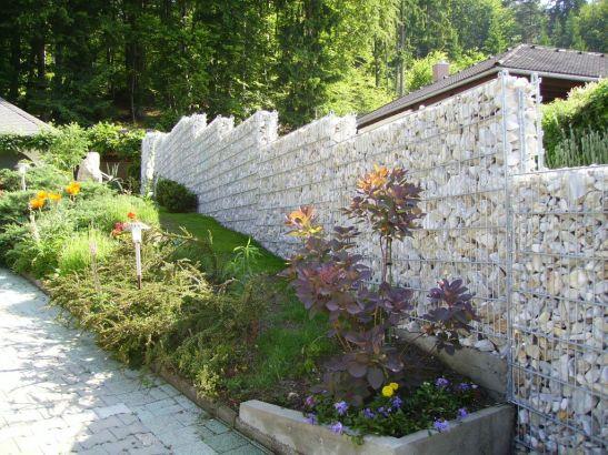 Gard din gabioane pe un teren in panta Foto RAL
