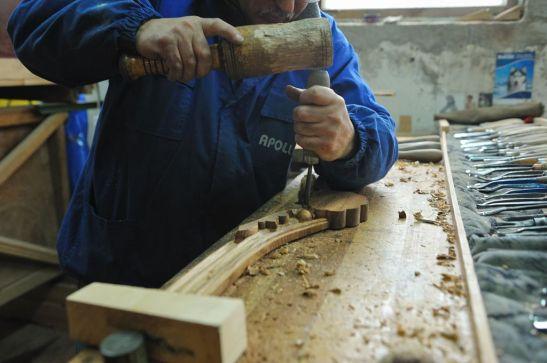 Mesteri talentati sculpteaza mobila realizata la Apollo Romania
