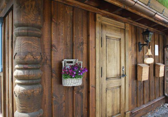Usa de intrare din lemn masiv in stil rustic realizata de Apollo Romania