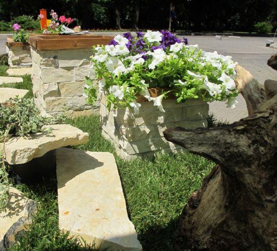 Jardiniere placate cu piatra si piatra decorativa pentru gradina de la Vast Natur