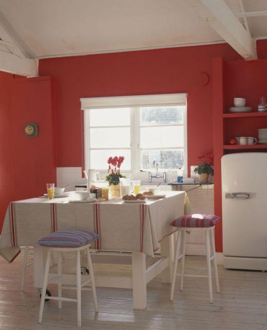 Bucatarie cu peretii in nuanta de rosu Foto Copyright © Akzo Nobel
