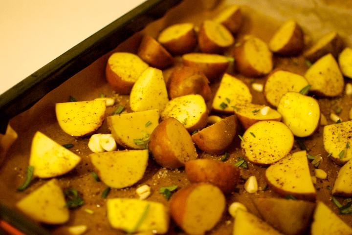 Cartofi copti cu rozmarin si mujdei
