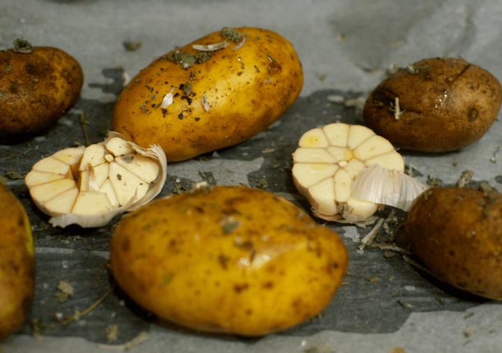 Cartofi copti cu broccoli si emmentaler