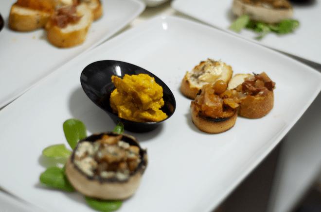 Aperitiv de toamnă, ciupercă umplută, murături cu sos de muștar și turmeric, bacon, unt aromatizat, chutney de roșii cu mere și stafide.
