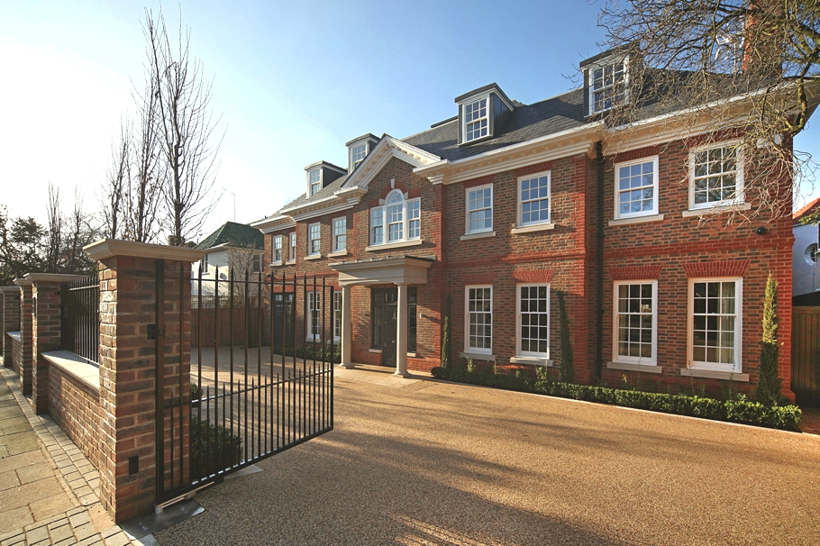 Luxury Roehampton Gate Residence With Fabulous Features