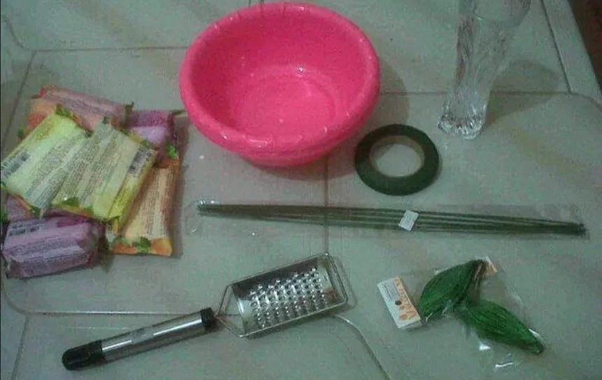 Alat dan bahan untuk membuat bunga dari sabun