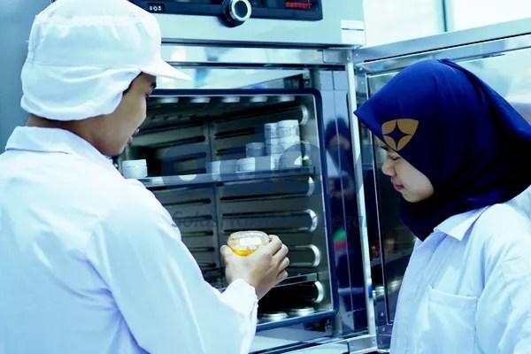 pengecekan kualitas produk di pabrik maklon