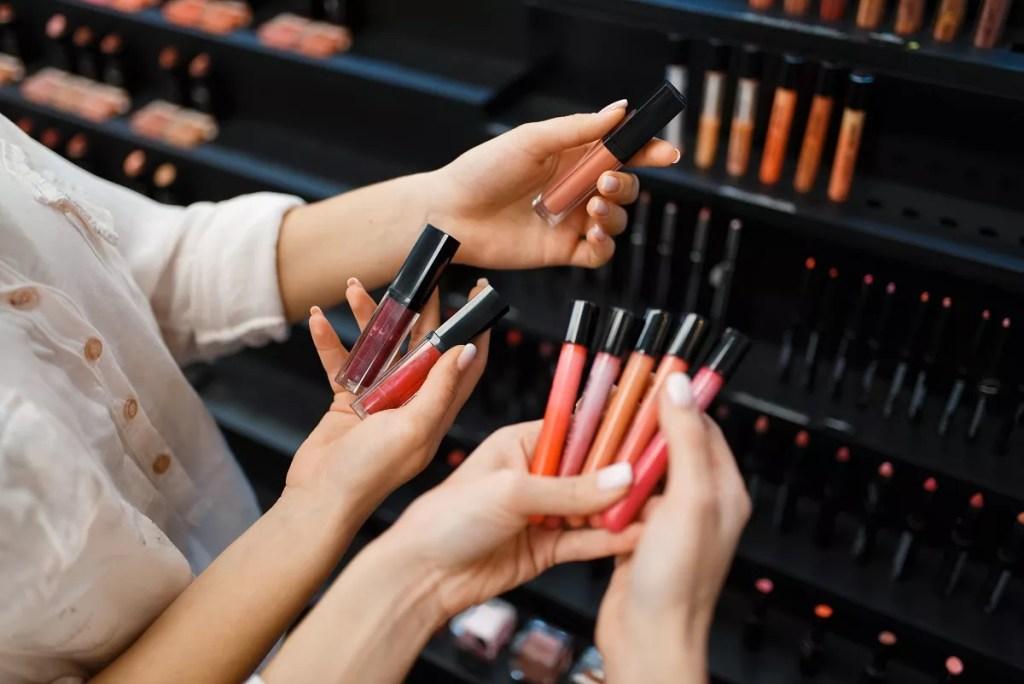 memilih kosmetik