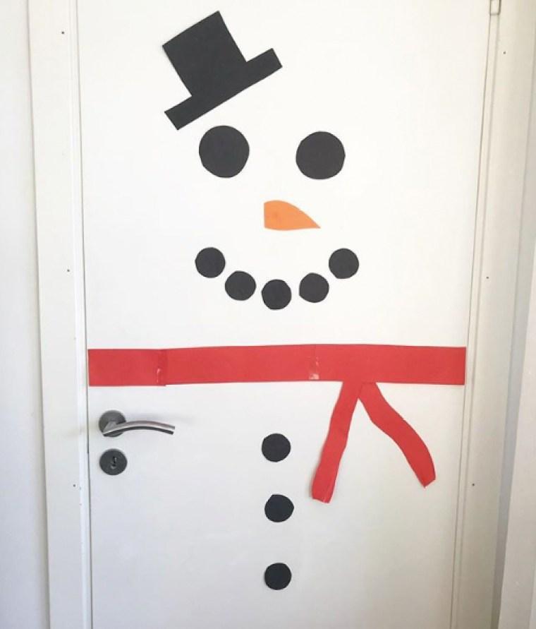 nisse har klätt dörren till en snögubbe
