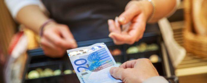 El pago en efectivo domina entre las prácticas habituales de los consumidores
