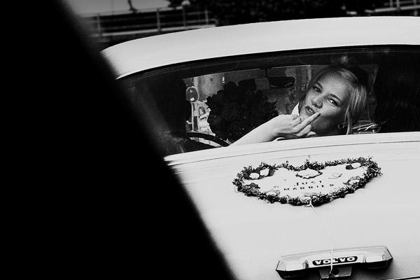 Punkrock Braut mit Dreads im Oldtimer